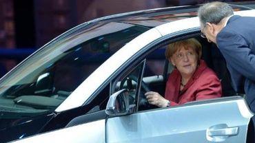 La chancelière Angela Merkel au volant d'une BMW à côté du patron du constructeur allemand, Norbert Reithofer, le 12 septembre 2013