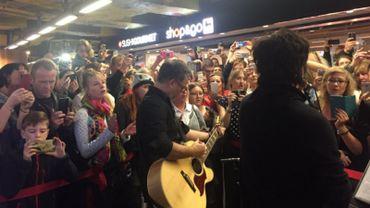 Indochine a donné un mini-concert dans les couloirs de la gare de Bruxelles-Midi