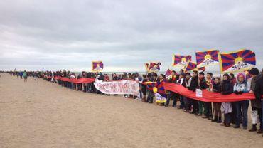 Les manifestants ont créé une chaîne humaine sur la plage ostendaise..