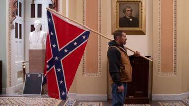 Insurrection à Washington: l'homme qui agitait un drapeau confédéré dans l'enceinte du Capitole a été interpellé