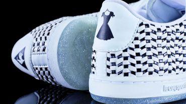 """La paire de sneakers """"Arthur Ashe W x Guerlain"""" par Le coq sportif et Guerlain."""