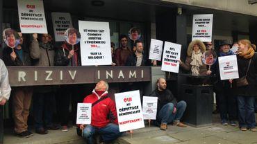 Ex Aequo et d'autres associations devant l'Inami, pour défendre le test HIV non médical