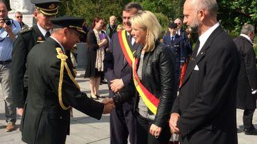 En présence du Commandant militaire de la Province de Liège, l'Aide de Camp du Roi salue les autorités. (Photo RTBF - M. Mélon)