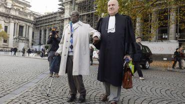 Fabien Neretsé, accusé devant la cour de crime de génocide et de crime de guerre commis en 1994 au Rwanda, et son avocat Jean Flamme devant le Palais de justice de Bruxelles