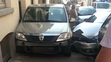 La Tesla a foncé sur d'autres voitures garées non loin de là avant de finir sa route dans une Dacia qui s'est écrasée contre une façade.