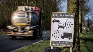 Un panneau annonçant un contrôle de vitesse
