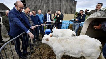 Charles Michel dans une ferme de Corroy-le-Grand