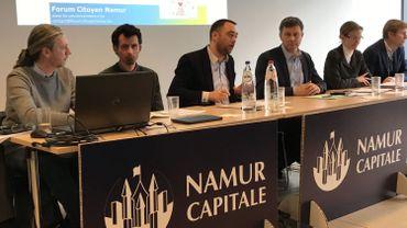 De gauche à droite : Jean Gréban et Mathieu Bourgeois (Forum citoyen namurois), Maxime Prévot (bourgmestre de Namur), Arnau Gavroy (échevin de l'aménagement du territoire et Marc van Marcke (Besix Red) pour évoquer l'avenir du Square Léopold