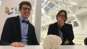 Stig Broeckx et Steven Laureys, devant la reproduction 3D du cerveau du cycliste après son accident