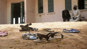 Des sandales sont éparpillées le 22 février 2018 devant une école de Datchi après son attaque par le groupe Boko Haram