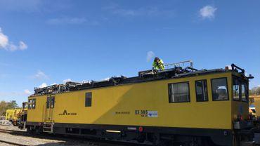 Les chemins de fer engagent notamment des conducteurs de trains de travaux. Comme cette machine du Centre Logistique d'Infrastructure de Ronet, près de Namur.