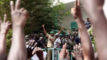 Le porte-parole du Comité national pour le redressement de la démocratie et la restauration de l'Etat, le lieutenant Amadou Konaré, le 28 mars 2012 à Bamako devant des milliers de Maliens