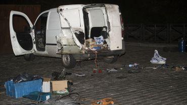 Le véhicule après l'intervention des démineurs.