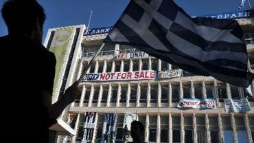 Des personnes manifestent devant le siège d'ERT, à Athènes, le 19 juin 2013