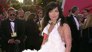 """Björk est sans doute """"LA"""" personnalité dont la robe a le plus fait parler lors des Oscars. La chanteuse a choisi en 2001 un modèle prolongé par une tête de cygne."""