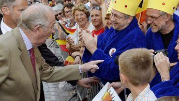 Le Roi a rencontré des Eupenois portant peignoir et couronne