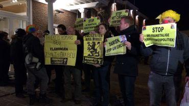 Des militants du Voorpost manifestent à l'entrée du conseil communal