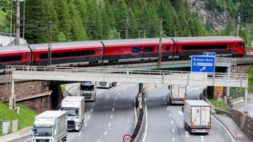Les touristes qui tentent d'éviter les embouteillages en passant par les villages participent au blocage des routes intérieures.