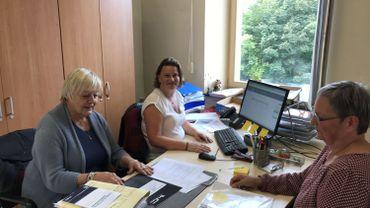 La présidente, maître Marie-Madeleine Dubois, et la préposée de l'administration communale, reçoivent la liste DéFI, ce jeudi