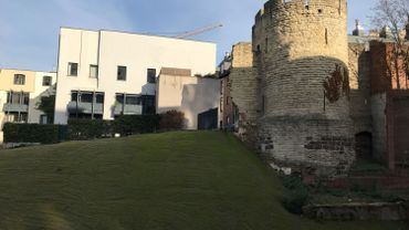 Un talus a été construit pour stabiliser le reste du mur et la Tour en attendant une reconstruction qui tarde à venir