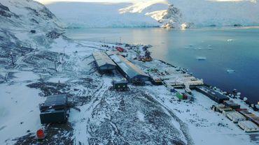 Photo prise le 21 avril 2019 et diffusée par la Marine brésilienne montrant une vue aérienne de la nouvelle station Antarctique Comandante Ferraz, un complexe de 4.500 m2 situé sur l'île du Roi-George, la plus grande de l'archipel des Shetland du Sud.