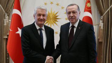 Le  Président Recep Tayyip Erdogan serre la main au secrétaire général du Conseil de l'Europe Thorbjorn Jagland le 15 février