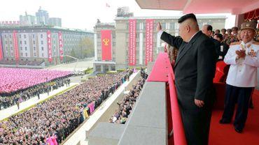 Le dirigeant nord-coréen Kim Jong-Un salue la foule lors d'une parade militaire, le 15 avril 2017 à Pyongyang