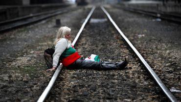 Photo prétexte, une manifestante bloque les voies d'un train à Sofia en 2013.