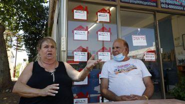 Les Israéliens Perry (à gauche) et Shouki, propriétaires d'une agence immobilière, s'expriment lors d'un entretien avec l'AFP dans la colonie d'Ariel en Cisjordanie le 1er juillet 2020.