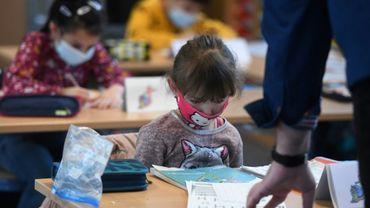Des écoliers portent un masque de protection en classe, dans une école primaire de Dortmund, le 22 février 2021 en Allemagne