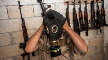 Un rebelle syrien enfile un masque à gaz, le 18 juillet 2013 à Idleb, dans le nord-ouest du pays