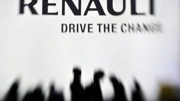 L'ombre des visiteurs du Salon automobile de Genève près du stand Renault le 2 mars 2011