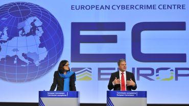 Cecilia Maelmström, commissaire européenne, en compagnie de Troels Oerting, le directeur du centre contre le cybercrime, ce mercredi