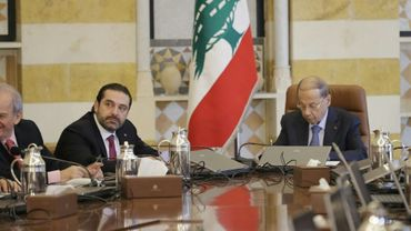 Le président libanais Michel Aoun (D) et le Premier ministre Saad Hariri (G) lors d'un conseil des ministres, le 5 décembre 2017 à Baabda, près de Beyrouth