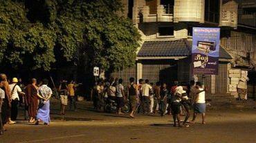Une foule en colère à Mandalay, où se sont affrontés bouddhistes et musulmans, le 2 juillet 2014