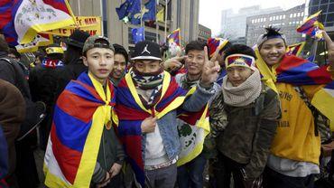 Des jeunes demandent l'indépendance du Tibet dans les rues de Bruxelles.