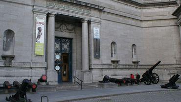 Cinquantenaire: les canons près de l'entrée du Musée de l'Armée ont été retirés