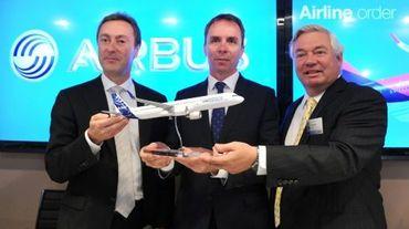 Le PDG de Wizz Air, Jozsef Varadi (au c.) et le président d'Airbus Fabrice Bregier (à g.) le 18 juin 2015 au salon aéronautique du Bourget