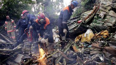 Une équipe de secours parmi les débris du Tupolev 154 de la Sibir abattu par erreur en 2001 - Avions civils abattus: une demi-douzaine de précédents en 40 ans