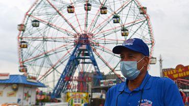 """""""C'est horrible, c'est déprimant"""", dit Dennis Vourderis, 61 ans, co-propriétaire avec son frère du Deno's Wonder Wheel Amusement Park, dont toutes les attractions sont fermées."""