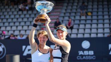 An Sophie Mestach et Elise Mertens avec leur trophée