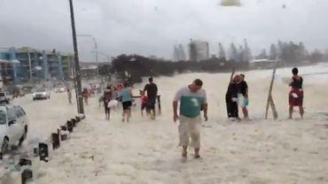 Une station balnéaire australienne recouverte d'écume de mer