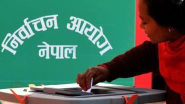 Une Népalaise met son bulletin dans l'urne lors des législatives qui se sont tenues en deux phases, les 26 novembre et 7 décembre.