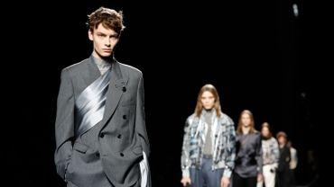 Dior a redéfini l'élégance masculine avec une abondance de costumes coupés près du corps dans des couleurs nobles: bleu, gris, noir.