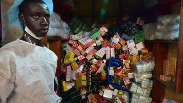 Un employé du ministère de la Santé ivoirien prenant part à une opération de lutte contre le trafic de faux médicaments, le 3 mai 2017 à Abidjan.