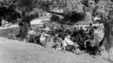 Pierre Bourdieu, Images d'Algérie, 1957 – 1961. Aïn Aghbel, Collo (au centre: Abdelmalek Sayad).