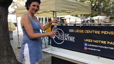 Isabelle Reisenfeld, directrice Gestion centre ville, montre l'exemple: il faut apporter son contenant à remplir