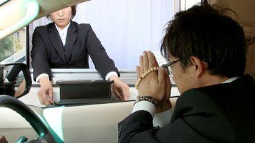 """""""Les personnes âgées hésitent parfois à assister à des obsèques parce qu'elles doivent demander de l'aide pour sortir de voiture"""", justifie le président de l'entreprise Kankon Sosai Aichi Group, Masao Ogiwara."""