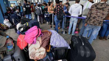 Des Vénézuéliens font la file à la frontière avec le Pérou