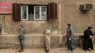 Des journaliers égyptiens font la queue devant un centre de distribution alimentaire, au Caire, le 5 avril 2020